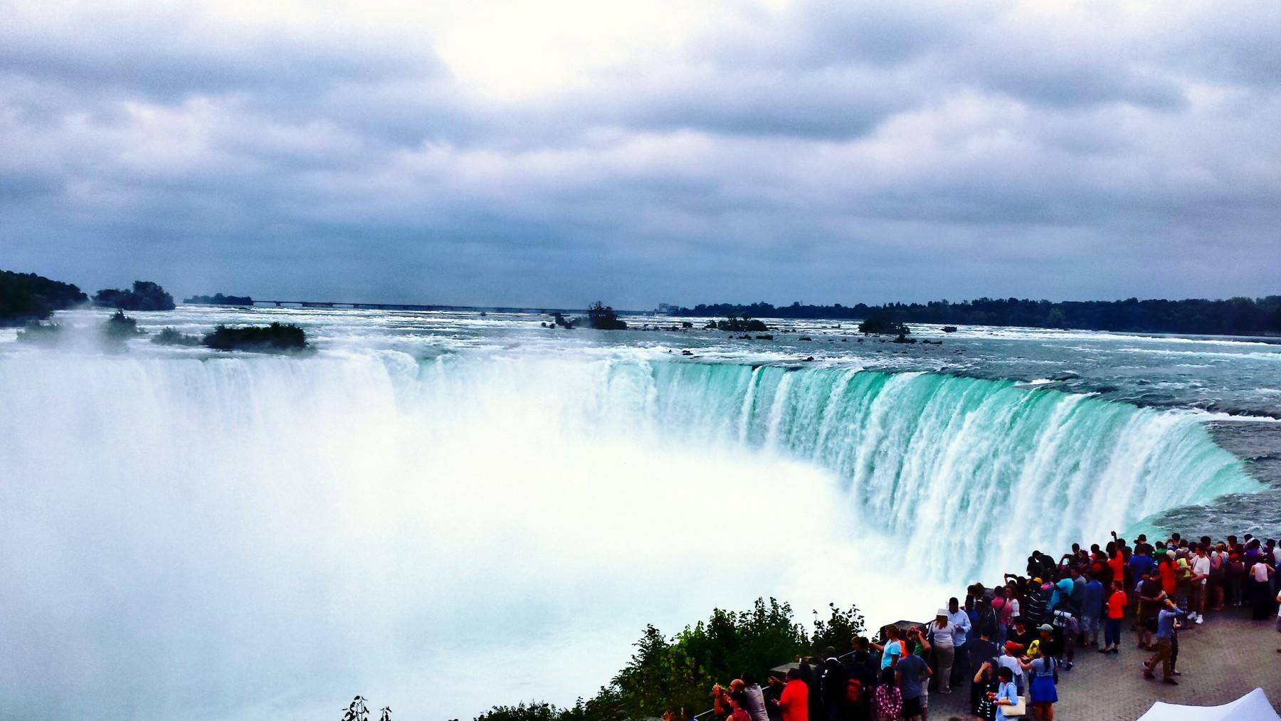 Potcoava - cascada de pe partea Canadei, cea mai mare dintre ele
